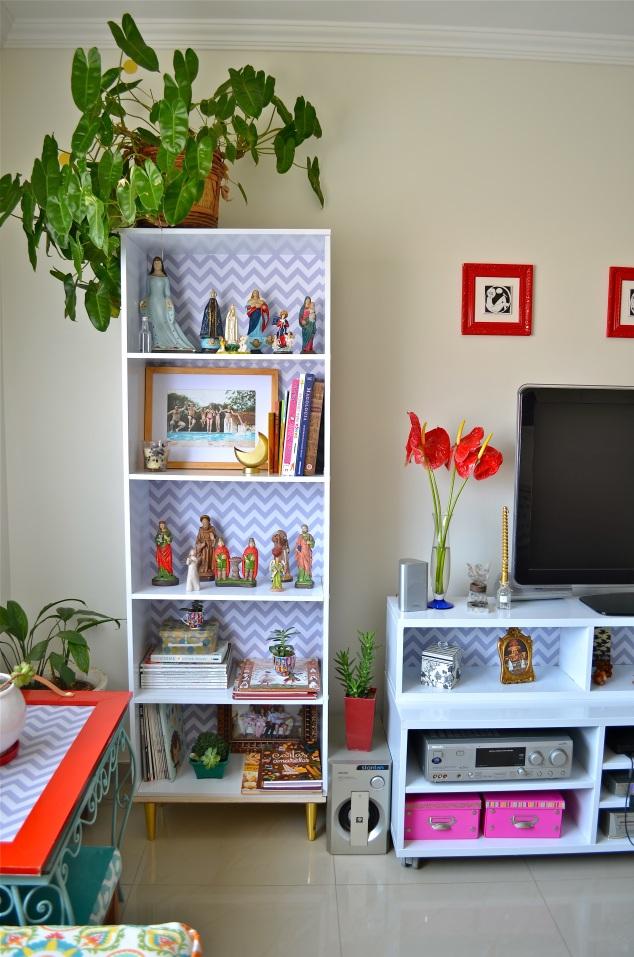 Os santos vieran parar na estante, assim como fotos, livros queridos e suculentas.