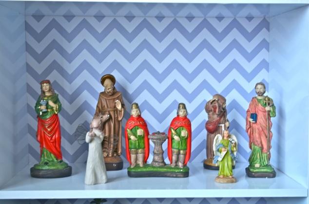Eu tenho santos, gosto de santos, acho que são ótimos elementos decorativos além de tudo. Santa Luzia (dos olhos); São Francisco de Assis ( protetor dos animais); São Cosme e Damião ( das crianças e dos médicos); São Longuinho ( sim, ele existe e tem uma lanterninha procurando… quem nunca?!); São Miguel arcanjo ( que a Pê achou bonito e trouxe pra nossa casa da casa da minha mãe) e São José, porque meu avô era José.