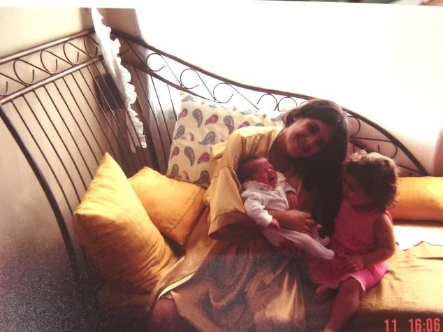 A Cleópatra quando chegamos em casa. Ela chorava muito. Mesmo. Eu de camisola, combinando com o divã amarelo. Eu achava que era tudo dourado. Foi neste dia que dei o piti do sofá, porque da próxima foto já consta o sofá-derrota.